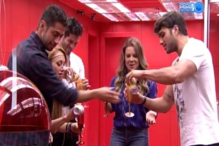 "27.jan.2014 - Fernanda Souza é recebida por participantes de ""Big Brother Brasil"""