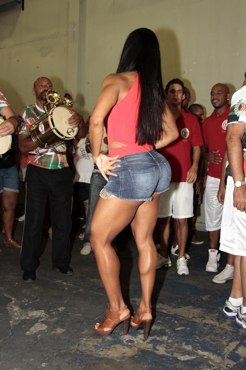 27.jan.2014 - Gracyanne Barbosa exibe pernas musculosas durante ensaio da X9-Paulistana. A mulher do cantor Belo chamou atenção ao dançar usando um microshort jeans no ensaio na quadra da escola de samba, na madrugada desta segunda-feira (27), em São Paulo. Gracyanne é rainha de bateria da agremiação