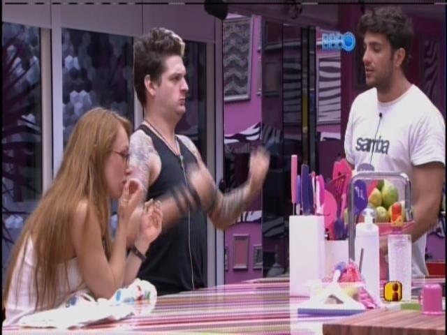 27.jan.2014 - Na cozinha, Junior conversa com Aline e Cássio