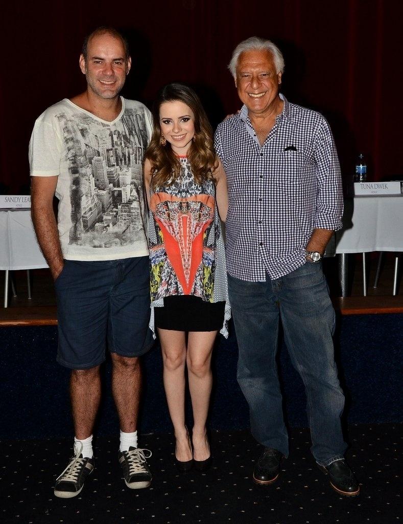 27.jan.2014 - Os atores Marat Descartes, Sandy Leah e Antônio Fagundes posam para fotos após coletiva do filme
