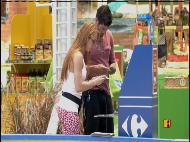 27.jan.2014 - Roni e Aline vão fazer as compras do grupo roxo, que está na casa grande