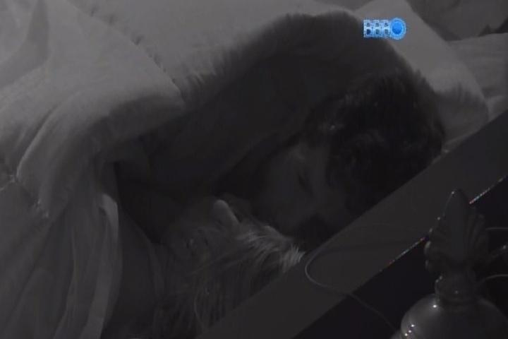 27.jan.2014 - Roni e Tatiele namoram debaixo do edredom com muitos beijinhos. O modelo inaugurou o Quarto do Líder após vitória em prova realizada ao vivo