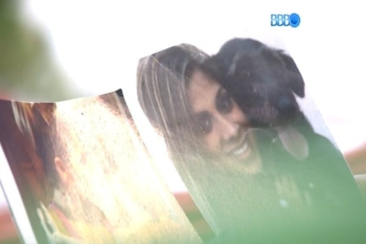 27.jan.2014 - Vanessa chora de saudade de seus cachorros. Ao acordar, a protetora dos animais vai para a área externa da casa e fica observando fotos de seus pets