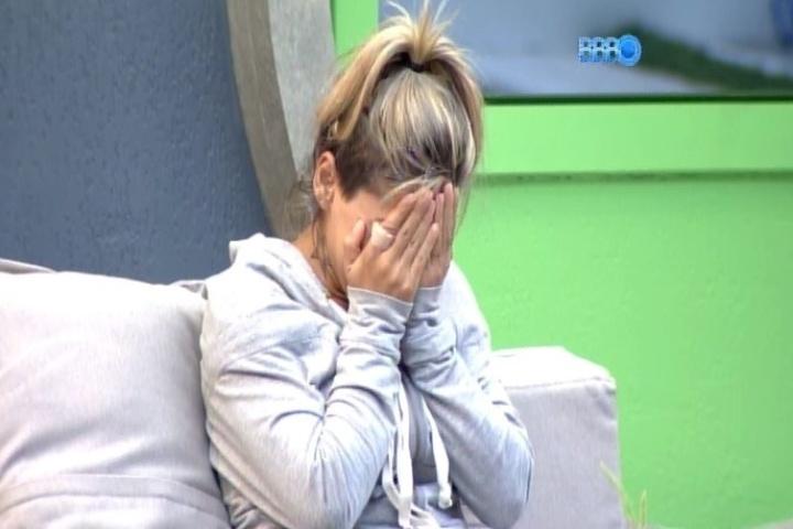27.jan.2014 - Vanessa chora de saudade de seus cachorros. Com insônia, a protetora dos animais vai para a área externa da casa e fica observando fotos de seus pets