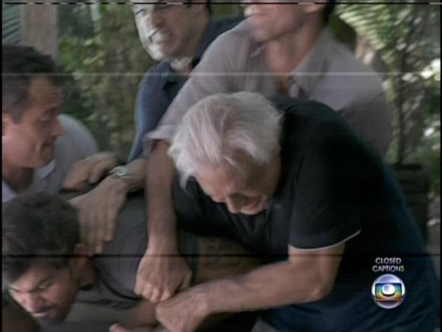 Após descobrir traição, César parte para cima de Aline com faca na mão. Um dos golpes atinge a vilã, mas passa apenas de raspão