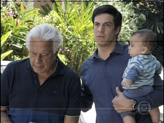 Depois do ocorrido, Félix leva o pai e o meio-irmão para a casa de Pilar