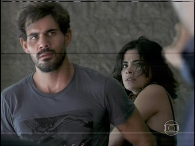 Félix ameaça Aline e Ninho com uma faca na mão