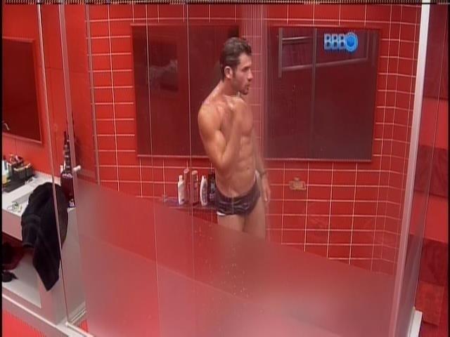 28.jan.2014 - Roni toma banho no quarto do líder