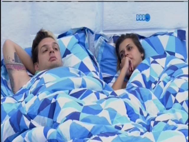28.jan.2014 - Angela e Cássio conversam no quarto Sibéria