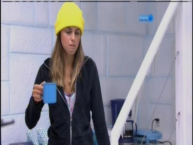 """28.jan.2014 - Angela sente frio na Sibéria: """"Vou lá fora porque eu tô congelando aqui"""""""
