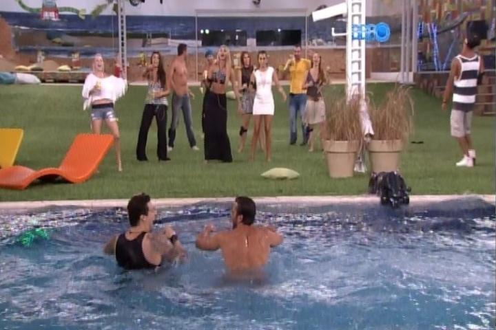 28.jan.2014 - Boninho diverte os participantes e aciona música na casa. Cássio e Junior pulam na piscina