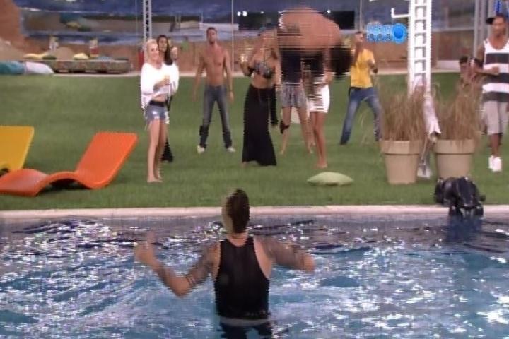 28.jan.2014 - Boninho diverte os participantes e aciona música na casa. Cássio pula na piscina