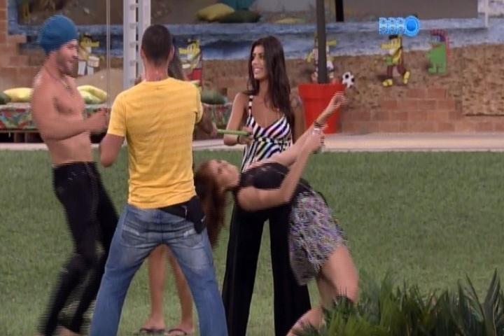28.jan.2014 - Boninho diverte os participantes e aciona música na casa. Os brothers aproveitam para brincar no jardim