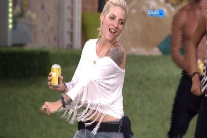28.jan.2014 - Boninho diverte os participantes e aciona música na casa. Os brothers aproveitam para brincar no jardim. Clara dança e bebe cerveja do cooler liberado pelo diretor do programa