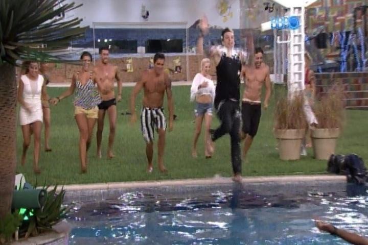 28.jan.2014 - Brothers correm para pular na piscina durante festa improvisada no jardim da casa