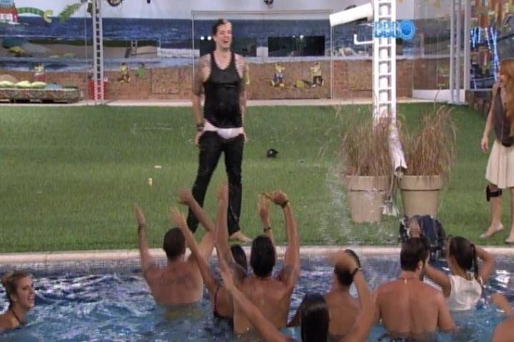 28.jan.2014 - Brothers pedem e Cássio ameaça tirar a calça em festinha na piscina. O gaúcho já ficou nu na festa Aperreada