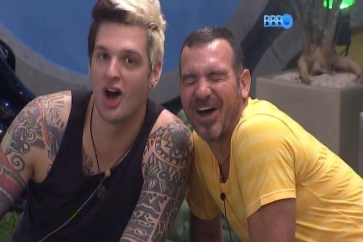 28.jan.2014 - Cássio e Vagner se unem aos brothers e fazem paródia do programa