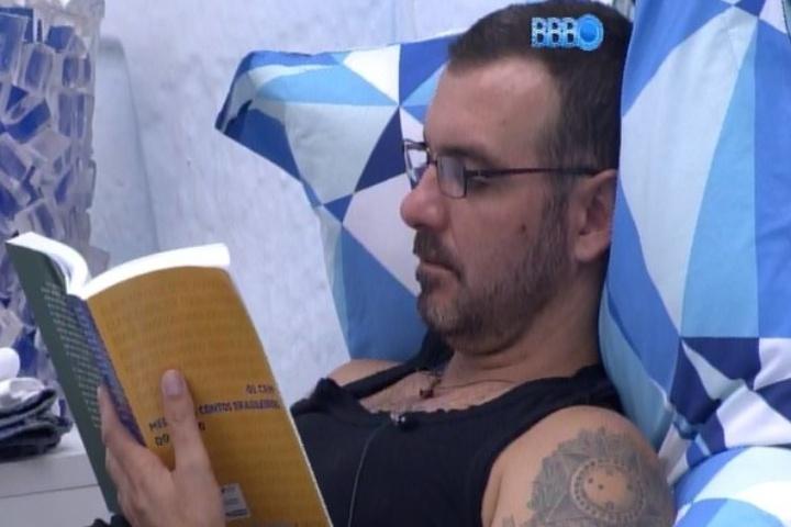 28.jan.2014 - DEpois de se envolver na confusão da troca do sal pelo açúcar, Vagner se isolou no quarto e se concentrou na leitura de livro