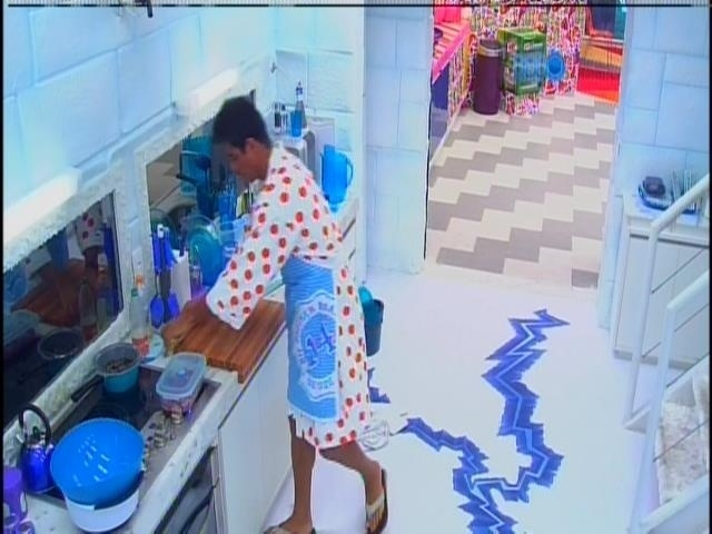 28.jan.2014 - Diego começa a preparar a comida do quarto Sibéria