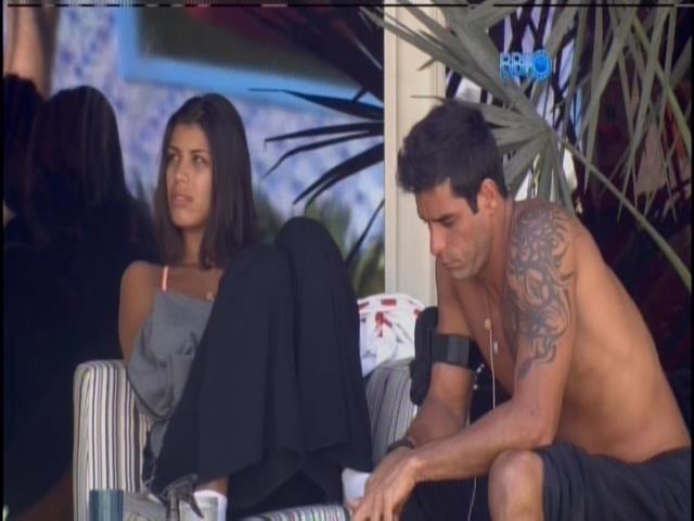 """28.jan.2014 - Diego conversa com Franciele na varanda e quer descobrir quem votou nele. """"Ela quer agradar todo mundo"""", comenta o brother sobre Letícia, desconfiando que recebeu um voto da mineira."""