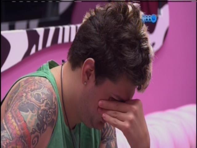 28.jan.2014 - Emparedado, Cássio diz que vai pedir no raio-x para o Brasil votar pela permanência dele na casa