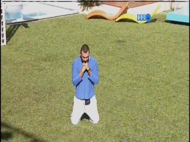 28.jan.2014 - Emparedado, Vagner faz uma oração no jardim, pela manhã.