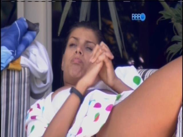 28.jan.2014 - Franciele conversa com Diego na varanda