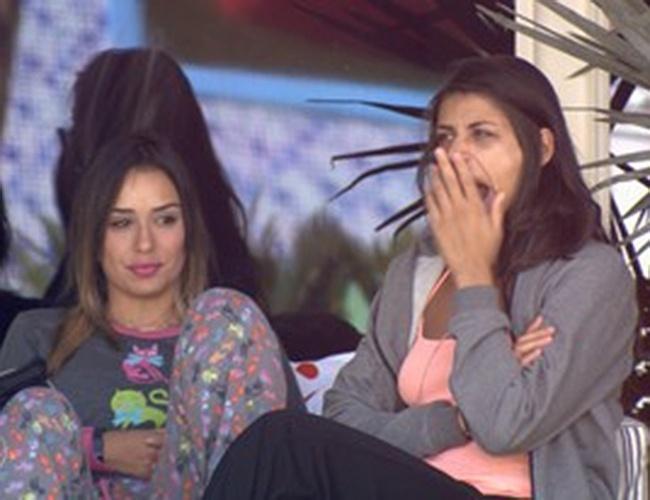"""28.jan.2014 - Franciele e Letícia conversam na varanda: """"Prefiro voltar e ir de novo do que não voltar"""""""