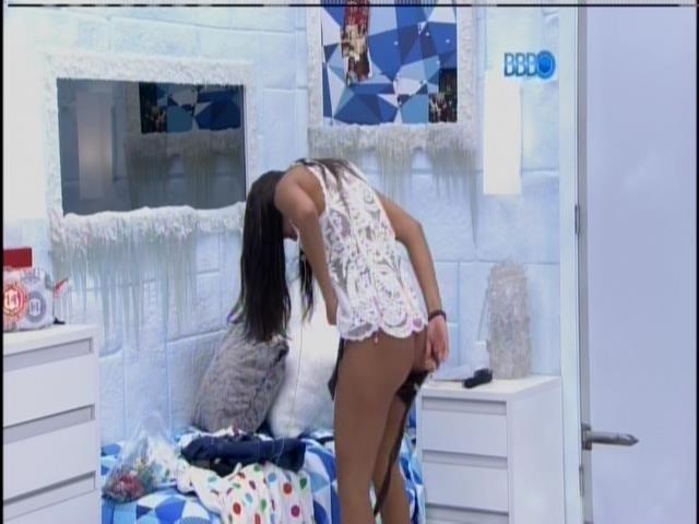 28.jan.2014 - Franciele troca de roupa no quarto Sibéria