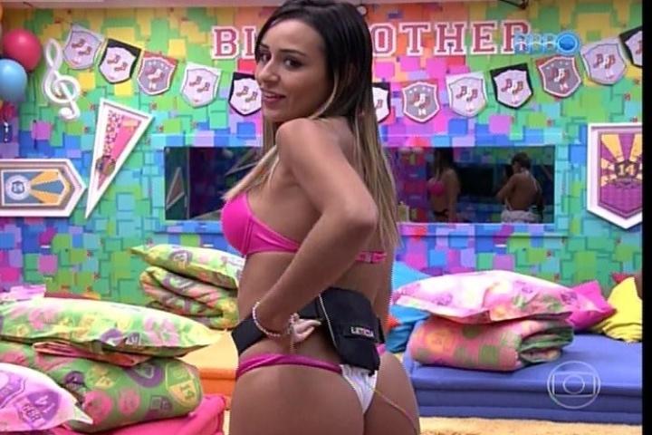 """28.jan.2014 - Letícia é apresentada pela edição do programa como a """"sex appeal"""" da casa"""