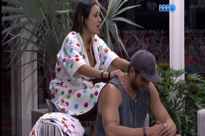 28.jan.2014 - Na varanda da casa, Letícia faz massagem em Junior depois de dispensar Marcelo
