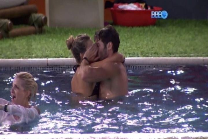 28.jan.2014 - Roni e Tatiele namoram em festinha improvisada pelos brothers na piscina
