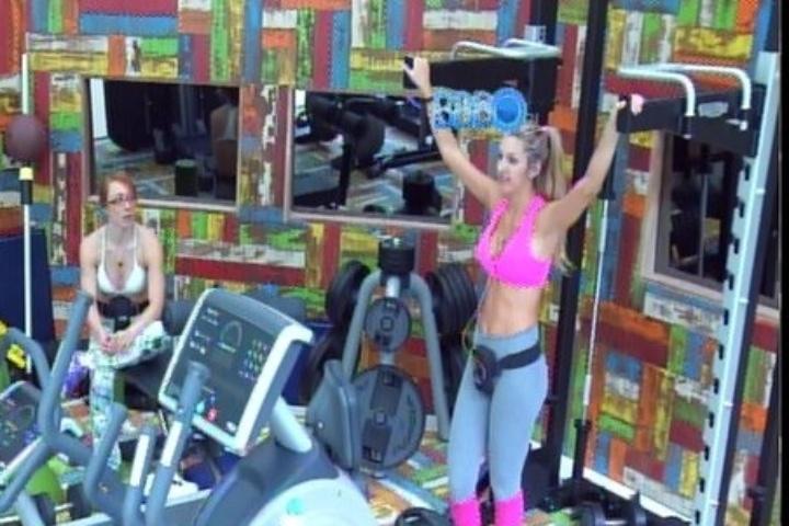 28.jan.2014 - Tatiele, Aline e Vanessa conversam sobre o corpo de mulheres famosas e criticam a Mulher Melancia