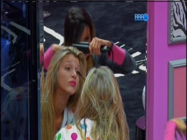 28.jan.2014 - Tatiele e Letícia se maquiam e fazem chapinha para gravar vídeo de raio-x