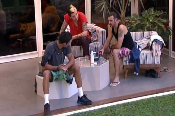 28.jan.2014 - Vagner, Cássio e Diego conversam na varanda sobre masturbação na casa