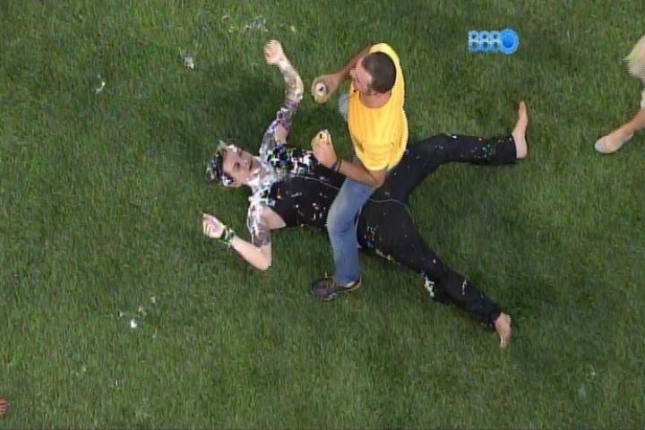 28.jan.2014 - Vagner sensualiza e dança com Cássio deitado no gramado
