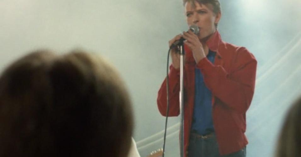 """Eu, Christiane F., 13 Anos, Drogada e Prostituída (Dir.: Ulrich Edel, 1981) - A participação de Bowie no filme é restrita a sua música. Até quando aparece no longa, ele canta. Bowie estava em sua fase musical em Berlim, que renderia a trilogia de discos mais experimentais """"Low"""", """"Heroes"""" e """"Lodger"""". O artista assinou toda a trilha sonora com canções como """"Station to Station"""", """"TVC 15"""" e """"Heroes"""""""