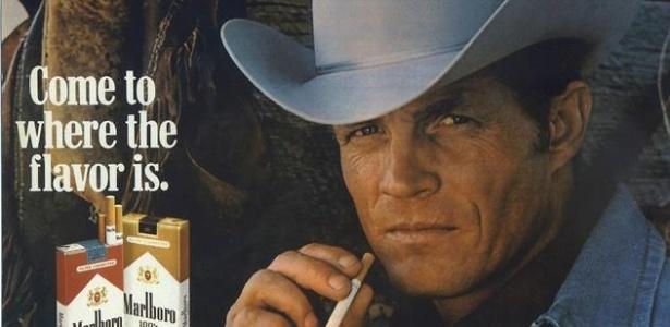Foto do ator Eric Lawson em propaganda da Marlboro