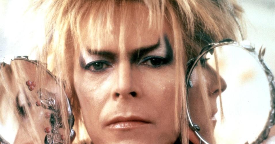 Labirinto - A Magia do Tempo (Dir.: Jim Henson, 1986) - Tem gente que tem vergonha de admitir a admiração por esse filme, cheio da fantasia e com uma maquiagem duvidosa hoje em dia. Bowie é nada menos que o rei dos duendes, Jareth, que persegue a menina Sarah -- que se transformaria mais tarde na bela Jennifer Connelly. Sua empolgação era tanta que ele compôs as canções do filme e aprendeu de verdade como fazer malabares com uma bola de cristal. É um dos filmes de Bowie mais populares