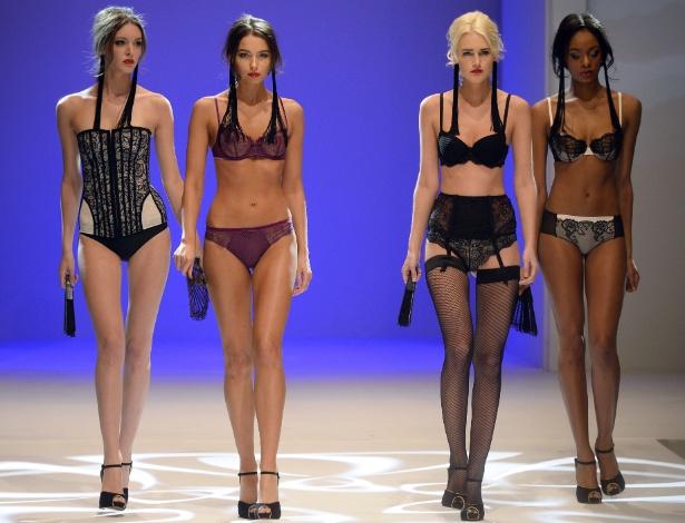 Modelos desfilam lingeries para 2014 durante o Salão da Lingerie de Paris - Alain Jocard/AFP