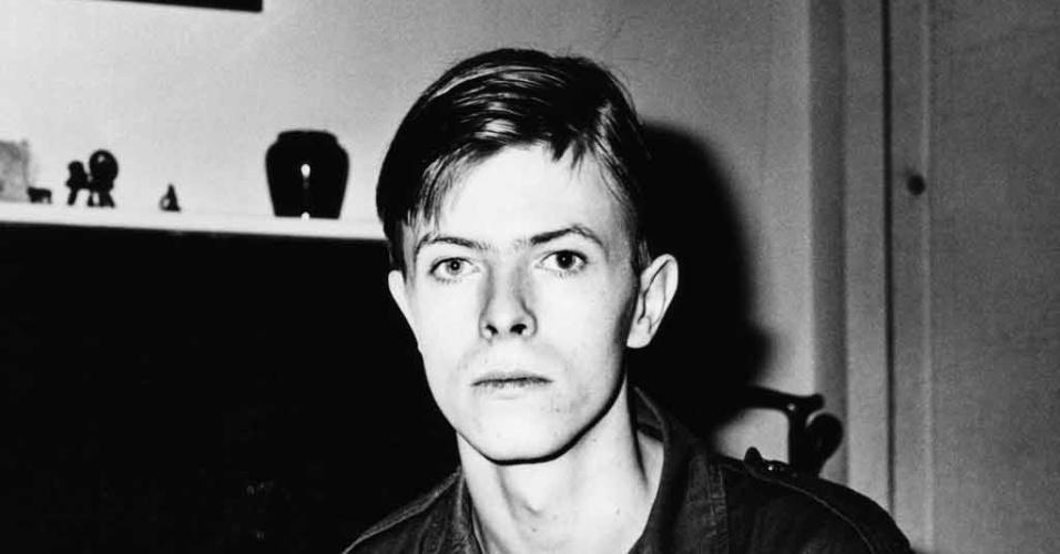 """Os Soldados Virgens (Dir.: John Dexter, 1969) - Bowie já havia feito peças, mas seu primeiro papel dno cinema foi nesse filme britânico sobre soldados da Segunda Guerra enfrentam problemas nas trincheiras, mas também na cama, gerando situações engraçadas. Ok, nem tão engraçadas assim. Seu papel na música, em pleno lançamento de """"Space Oddity"""", estava mais interessante"""