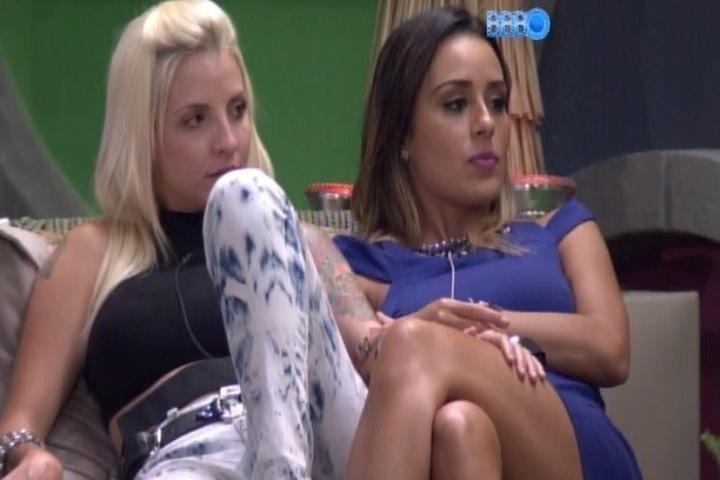 28.jan.2014 - Entre uma mão aqui e acolá, Clara e  Letícia conversam na varanda