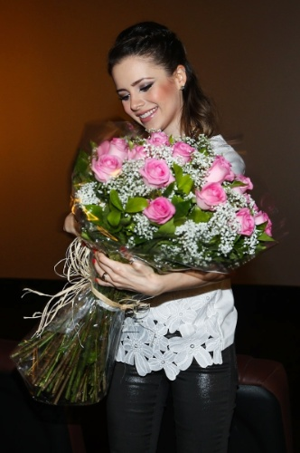 """28.jan.2014 - Sandy ganha flores do elenco do filme """"Quando Eu Era Vivo"""", em Campinas, interior de SP"""