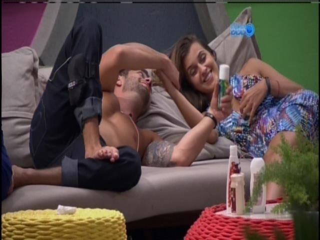 29.jan.2014 - Marcelo e Angela conversam sobre Letícia