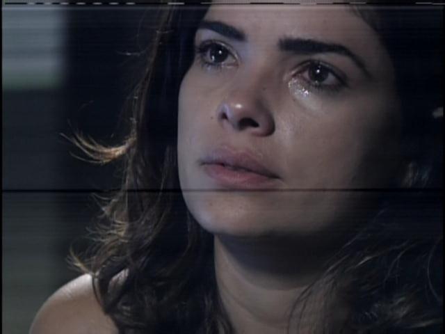 29.jan.2013 - Em depoimento na delegacia, Aline chora e diz ser uma vítima de Ninho. Ela afirma que foi obrigada a fazer coisas que não queria por sofrer ameaças