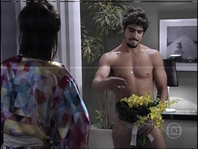 29.jan.2013 - Querendo reconquistar Patrícia, Michel apareceu nu com um buquê de flores na porta da casa da ex-namorada
