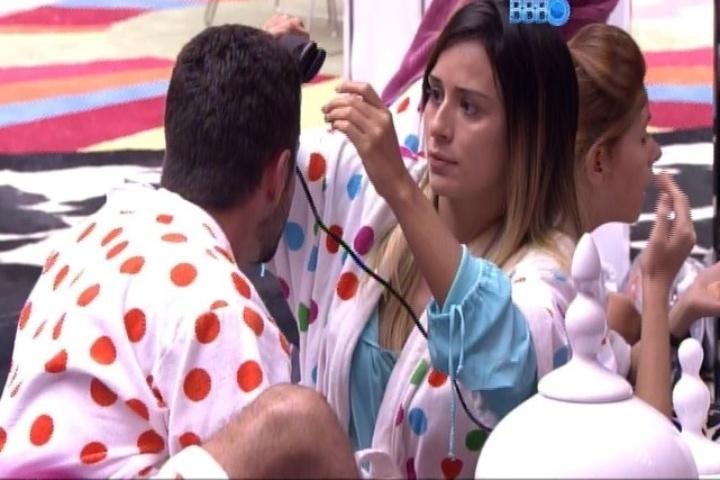 29.jan.2014 - A poucos minutos da festa Circus, Letícia faz chapinha em Marcelo