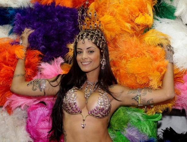 29.jan.2014 - Aline Riscado, rainha de bateria da escola de samba carioca Caprichosos de Pilares, visita loja de artigos carnavalescos na Rua 25 de Março, em São Paulo