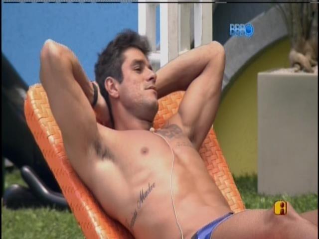 29.jan.2014 - Após banho de piscina, Diego toma sol