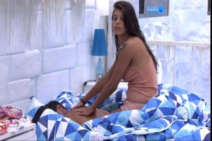 29.jan.2014 - Após beijos e amassos, Franciele faz massagem em Diego